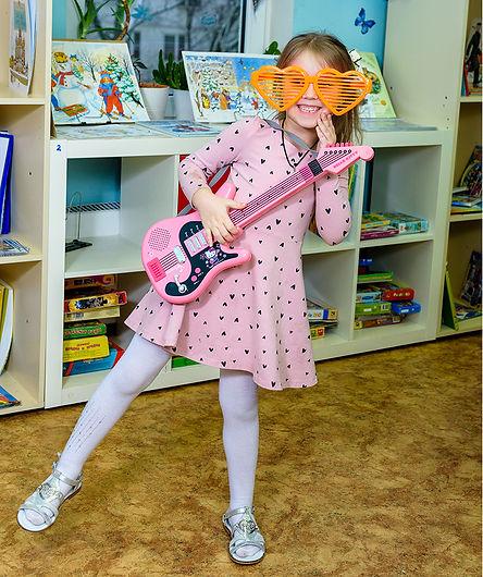 девочка с гитарой в детском саду