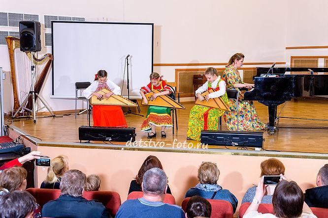 концерт в музыкальной школе девочки играют на арфе