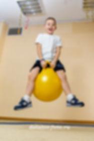 прыжок на шаре детский сад