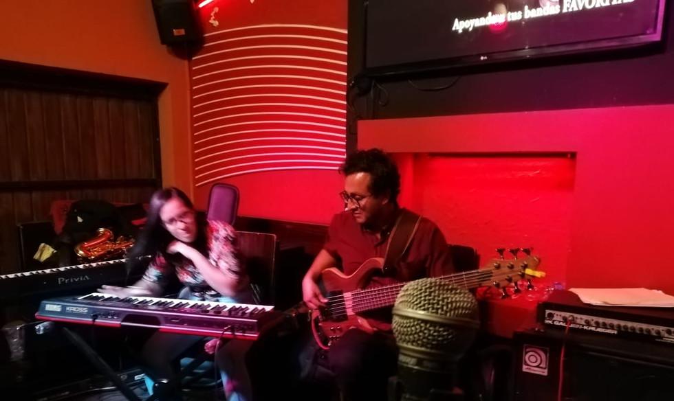 musicos tocando jazz en bolivia
