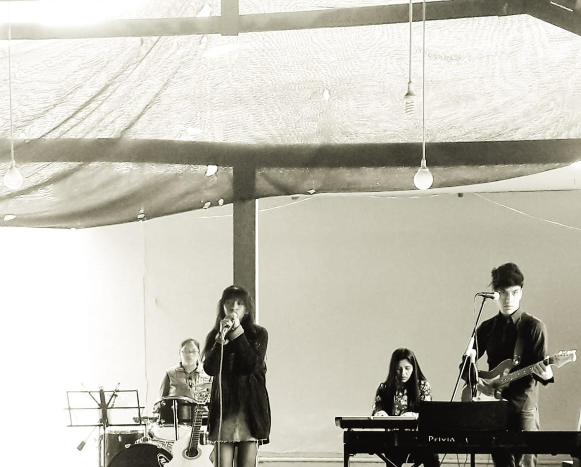 grupo boliviano cantando