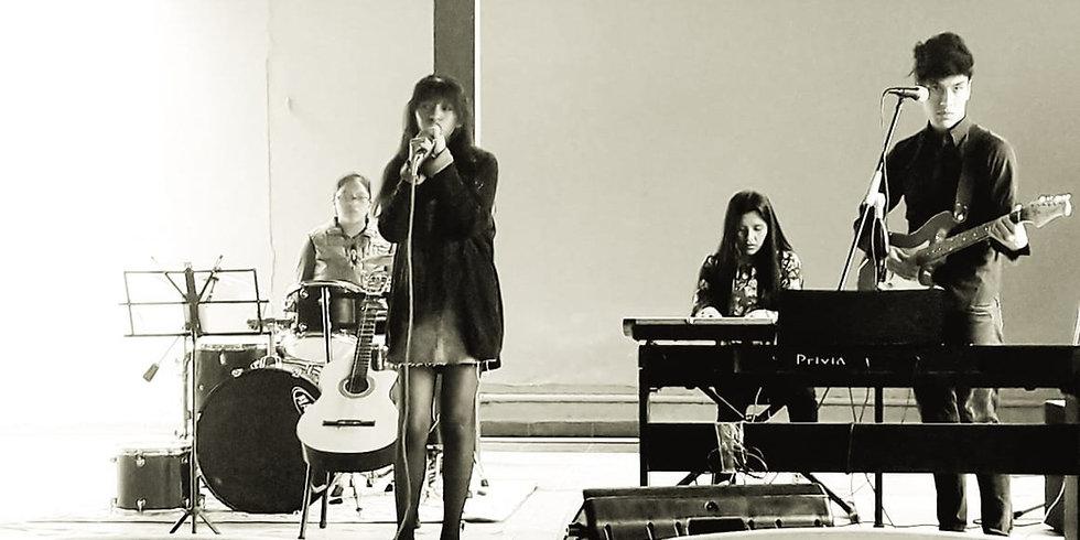 grupo boliviano cantando_edited.jpg