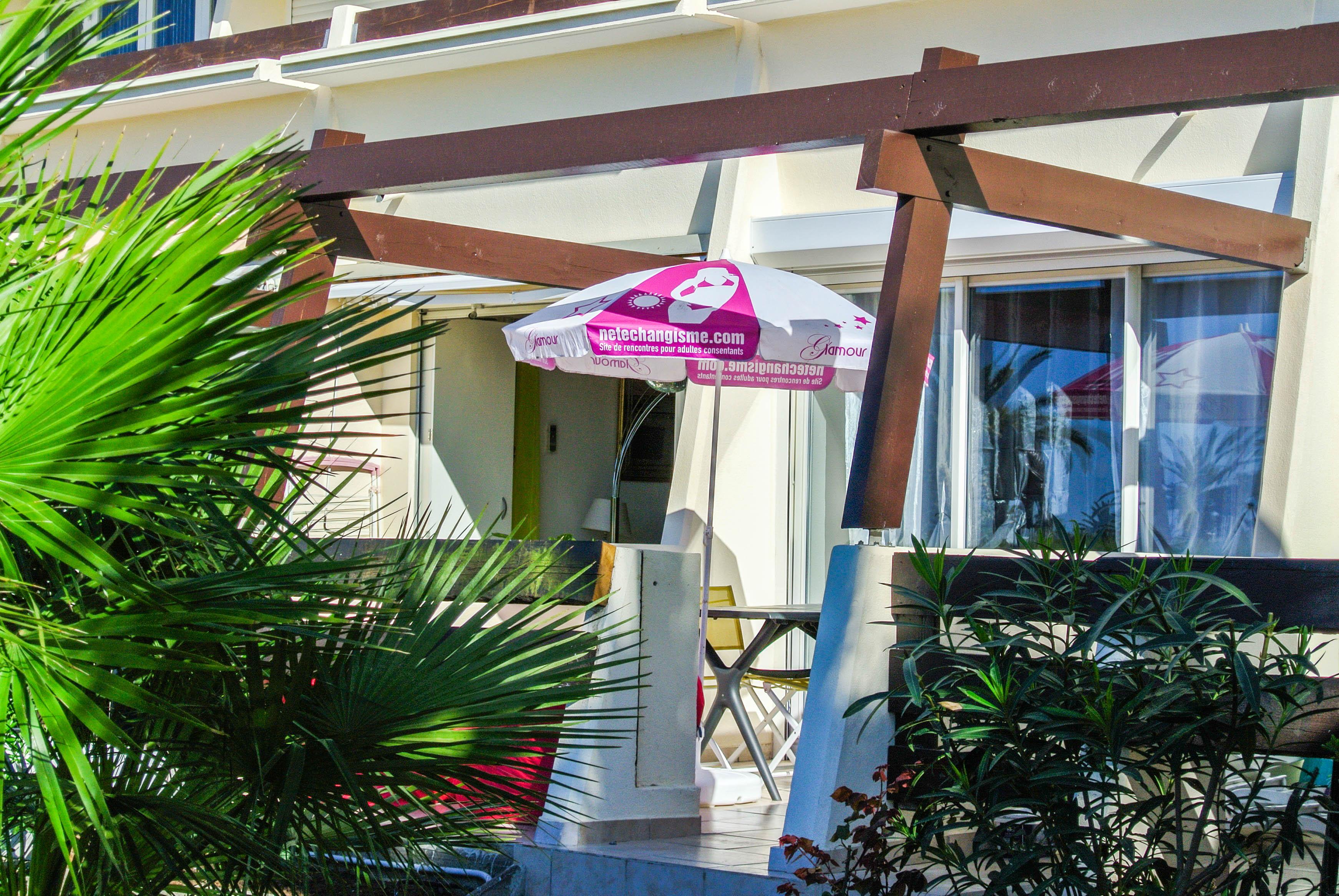 Terrasse studio _ Pink-Exhib _ Port-Nature Village Naturiste et Libertin Cap d'Agde