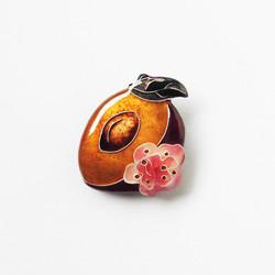 桃のブローチ