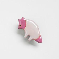 ピンクのバク風のブローチ
