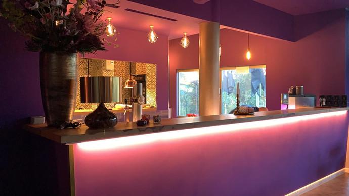 unsere Bar mit open kitchen mit frischem Anstrich.