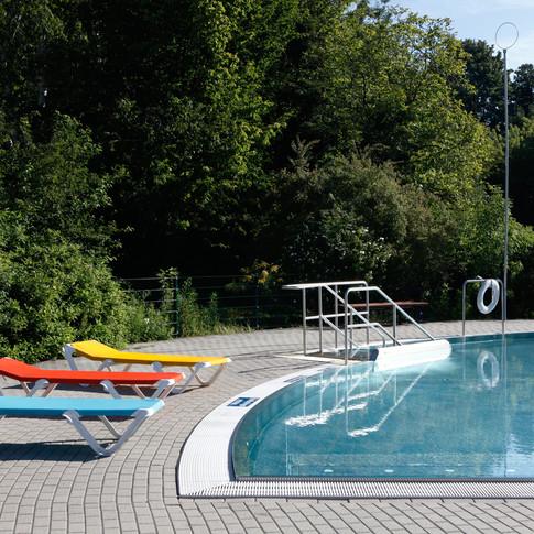 """Sonnenliegen während der Sommersaison in unserem Sommerbad """"Spucki"""". Foto: Peter Lorenz"""