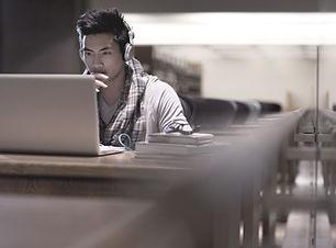 Estudiante en la biblioteca