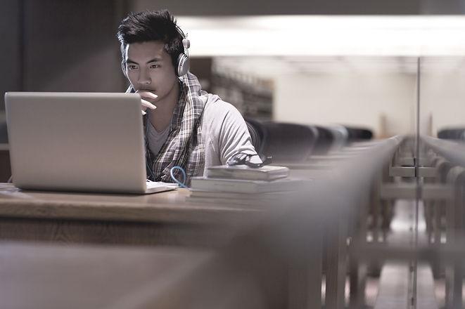 Estudante na biblioteca