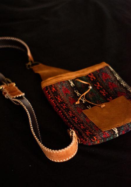 Banderolas y bolsos de mano hechos de kilims persas. Entrga en Madrid