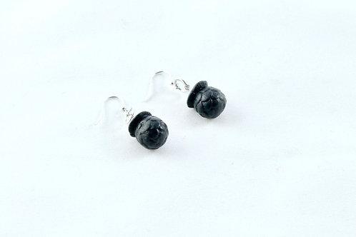 Queens black, black Bud hanging earrings