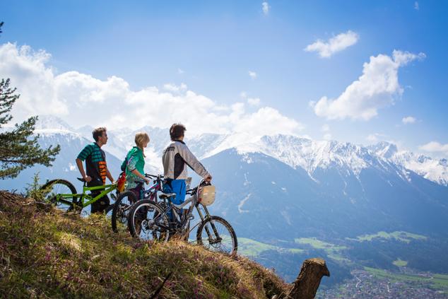 Biker lieben das Wegenetz oberhalb von Zirl