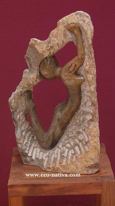 Escultura mulher na pedra em pedra sabão