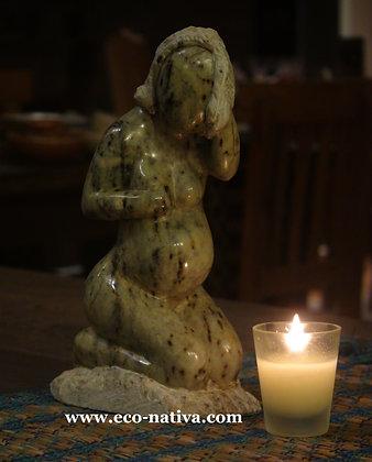 Escultura de mulher grávida em pedra sabão