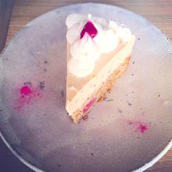 自家製ラムレーズンとアールグレイのヴィーガンレアチーズケーキ