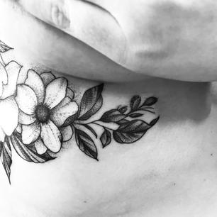 underboop_flowers_tattoo_isa.tatu