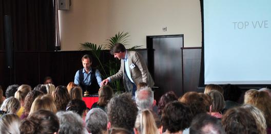 Acteur Dion reikt Kees Broekhof (Sardes) een glas water aan.
