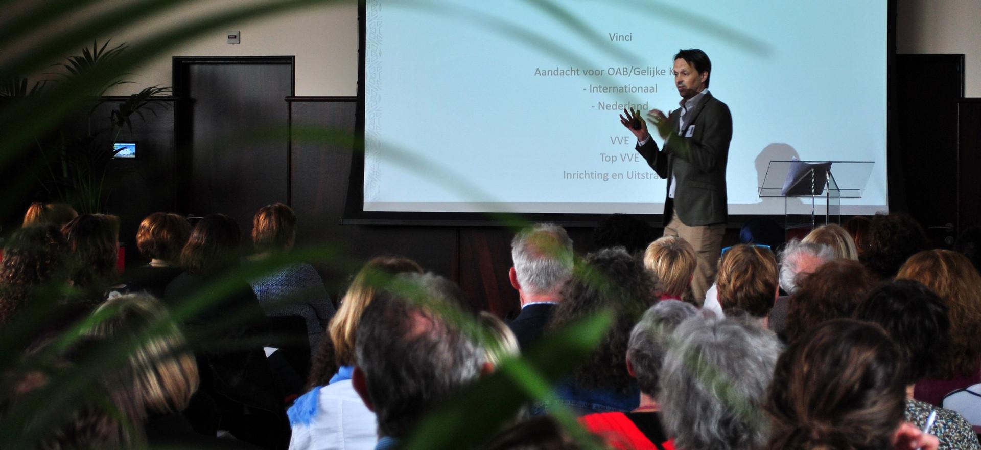 Walter de Wit doet de aftrap met een introductie van Top VVE.