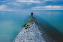 海のそばに立って男