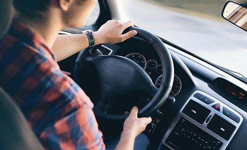 Hombre de conducción en el coche