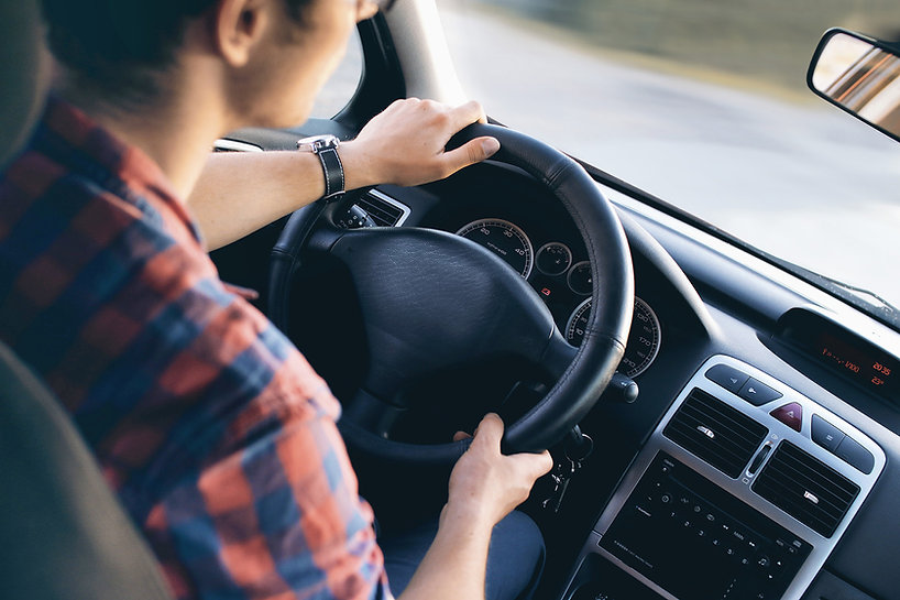 Man kjører i bilen