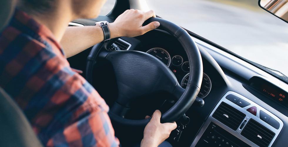 Homem que conduz no carro