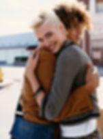 Abrazo feliz de los pares
