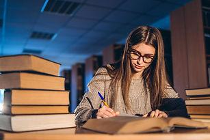 joven-estudiante-gafas-preparacion-exame
