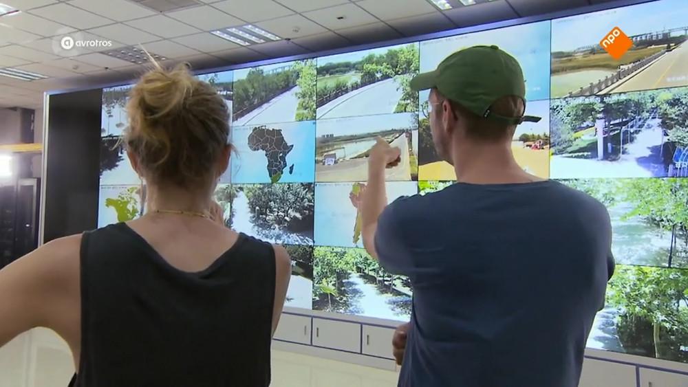 Leonie en Johan in de control room