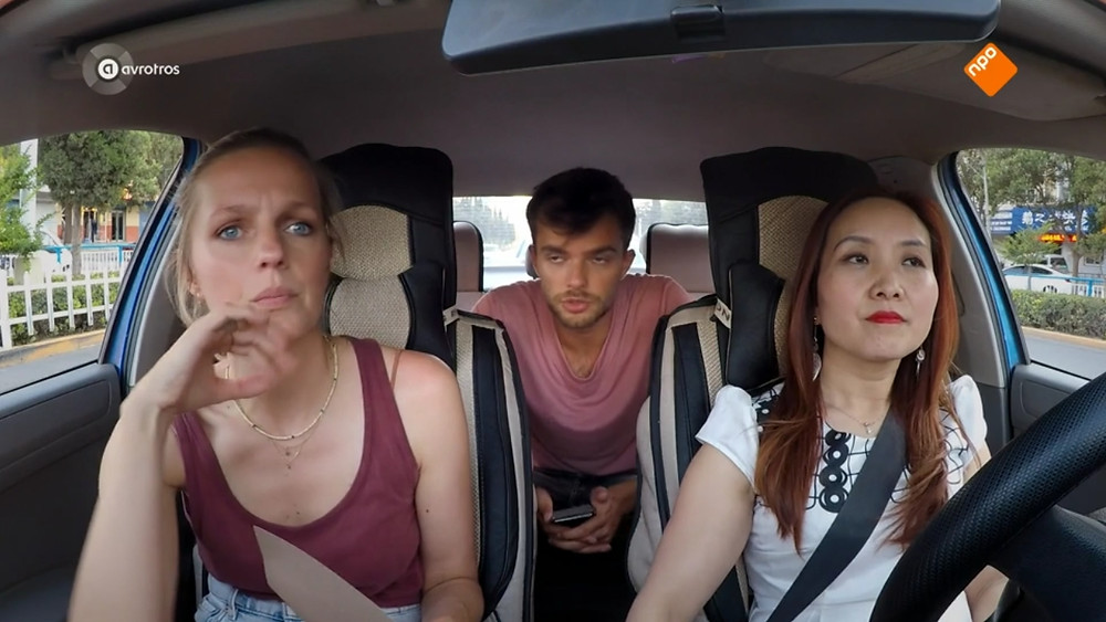 Leonie en Buddy in de taxi
