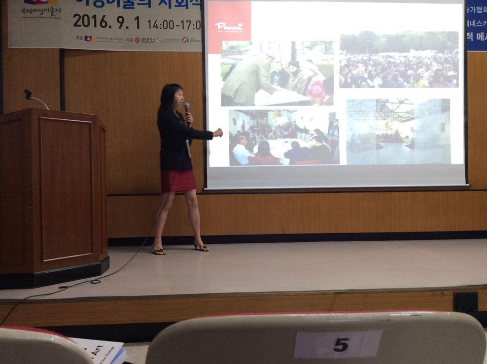 Dr. Panni Loh presenting at Gwangju Folk Museum