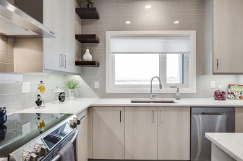 kitchen-cabinets-with-tiled-backsplash.j