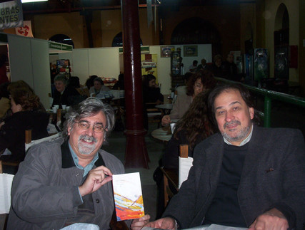 Junto al escritor Vicente Muleiro, en la Feria del Libro de Santa Fe.