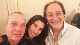 Junto a los poetas Alicia Salinas y Gustavo Tisocco, en el bar porteño La Paz.
