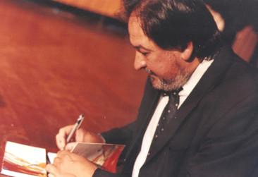 Firmando autógrafos en la presentación de Las Trazas del agua.