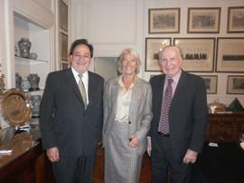Junto a la editora francesa Marie-Claude Char, viuda del poeta René Char y el poeta Rodolfo Alonso, en Retiro, Buenos Aires.