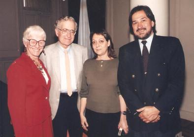 Junto al lingüista norteamericano Noan Chomsky, su esposa Carol y la poeta Susana Villalba, en Buenos Aires.