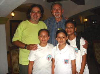 Junto al poeta mexicano Roberto Arizmendi y estudiantes nicaragüenses, en Granada, Nicaragua.