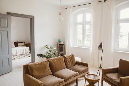 Wohnzimmer mit Blick in das Schlafzimmer im EG