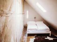 Kleines Schlafzimmer unterm Dach