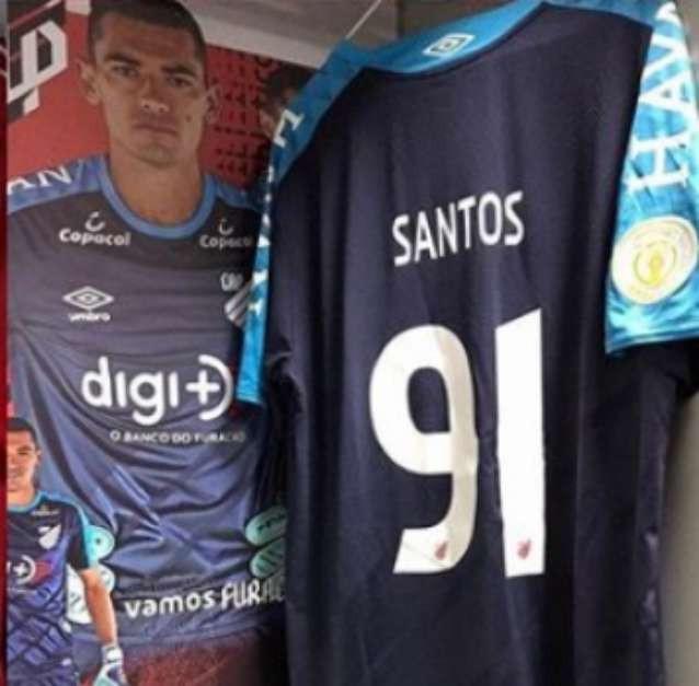 Goleiro do Athletico-PR, Santos entrou em campo com a camisa 91 diante do Goiás Foto: Reprodução / Instagram / LANCE!