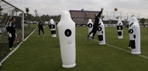 Fig 2- Visão lateral do posicionamento dos bonecos infláveis. 2º Estágio: os goleiros executam as saídas e verbalizam os números.