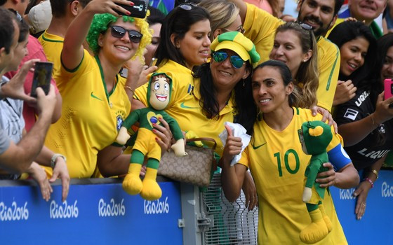 Resultado de imagem para futebol feminino olimpiadas 2016 torcida