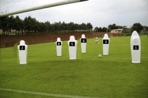 Fig 1- Visão posterior do posicionamento dos bonecos infláveis. ( PI= POSIÇÃO INICIAL DO GOLEIRO ) 1º Estágio: os goleiros só verbalizam os números.