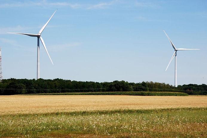 Mogneneins - Les Aveneins - éolienne 3 à 1200 m