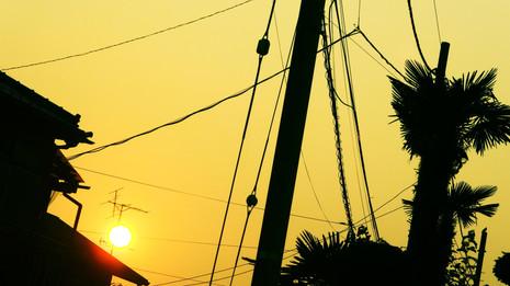 色づく電線