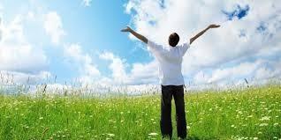 Homme bras ouverts vers le ciel - L'acceptation active