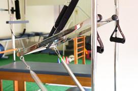 Parte lateral do trapésio: Aparelho utilizado nas aulas de pilates