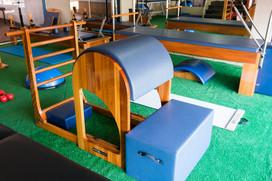Barrel: Promove exercícios de flexibilidade e fortalecimento abdominal.
