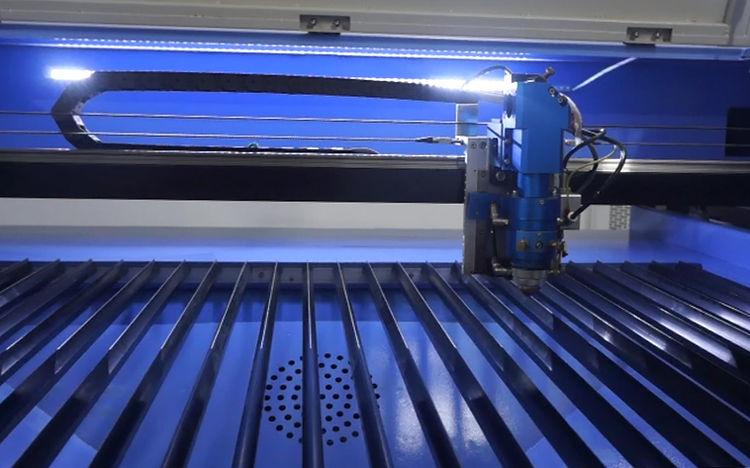 Mesa de trabajo de cuchillas removibles resistentes a gran peso para trabajo de Corte y Grabado Láser Versa DUAL